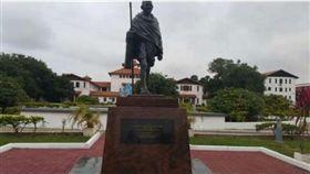曾有歧視非洲人言論 迦納大學拆除甘地雕像(圖/翻攝自citinewsroom)