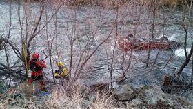 絕處求生!連人帶車衝入水中 他竟靠安全氣囊撐5小時獲救(圖/翻攝自CHP - Yreka臉書)