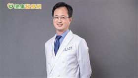 王醫師進一步說明,白內障即是眼球內天然水晶體混濁,民眾常常會認為白內障是老年人的疾病,但其實不僅只有老年人才會罹患白內障。