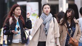 寒流報到  全台冷颼颼(1)中央氣象局表示,12日受寒流及輻射冷卻效應影響,全台都冷,白天雖然陽光露臉,但是冷空氣威力仍強;清晨淡水出現攝氏6度,再度刷新入冬以來新低溫。走在台北街頭的民眾穿上大衣、圍上圍巾禦寒。中央社記者吳翊寧攝  107年1月12日
