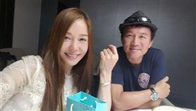 狄鶯去年生日開心收下老公孫鵬送上的Tiffany手鍊。(圖/翻攝自臉書)