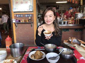 王淺秋吃肉粽(圖/韓國瑜辦公室提供)