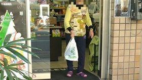 暖心,阿嬤,購物,拐杖,騎車(圖/翻攝自爆廢公社二館)