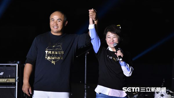 盧秀燕頒贈球棒給張泰山一家人。(圖/記者王怡翔攝影)