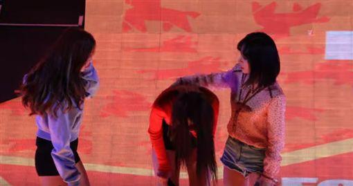 AOA雪炫舞台上「痛苦嘔吐」蒼白倒地 成員嚇壞扶她!(圖/YouTube)