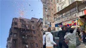 香港,撒錢,鬧區,深水埗,錢雨,檢查,亂象, 圖/翻攝自YouTube http://youtu.be/xLKACaVfIB8