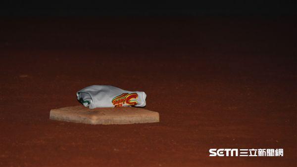 張泰山引退儀式,脫下球衣放在三壘壘包上告別球員生涯。(圖/記者王怡翔攝影)