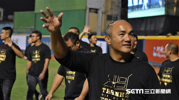 張泰山引退儀式,與興農隊有一同向球迷致意。(圖/記者王怡翔攝影)