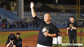 張泰山引退儀式,向球迷致意告別。(圖/記者王怡翔攝影)