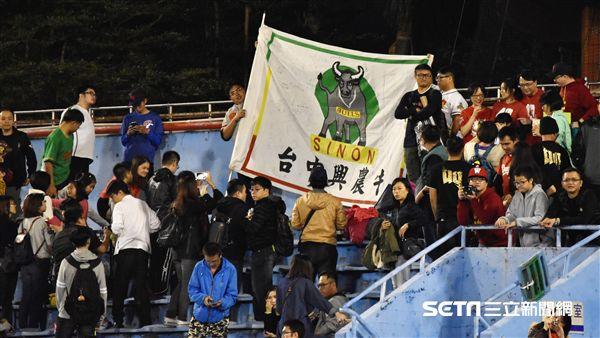 張泰山引退儀式,興農牛球迷場邊舉大旗。(圖/記者王怡翔攝影)
