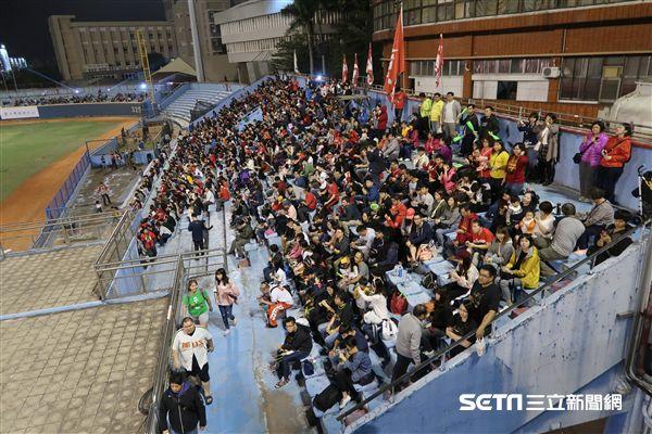 張泰山引退儀式,超過4000球迷到場歡送。(圖/記者王怡翔攝影)