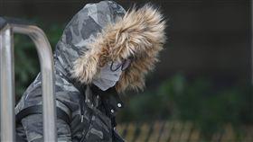 東北季風增強(2)東北季風增強,據中央氣象局預估,這波冷空氣接近大陸冷氣團等級。民眾12日出門穿大衣、戴上帽子禦寒。中央社記者徐肇昌攝  107年12月12日