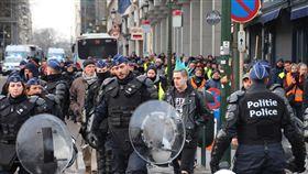 布魯塞爾第3波黃背心 人潮降溫比利時首都布魯塞爾12月15日第3波黃背心示威活動,抗議人潮降至約200人,警力嚴密戒備活動和平結束。中央社記者唐佩君布魯塞爾攝  107年12月16日