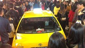 小黃計程車誤闖一中商圈。(圖/翻攝爆怨公社)