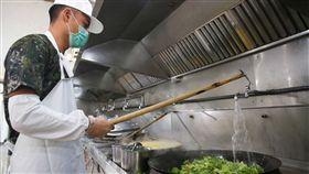 棒球小子陳聖福 在軍中伙房找一片天(3)身高188、皮膚黝黑的陳聖福,已從義務役轉服志願役,目前在成功嶺擔任食勤兵,曾有廚師經驗的他,為了烹煮出美味的料理,幾乎一整天都在廚房忙碌。中央社記者游凱翔攝  107年12月16日