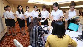 越捷來台招募空服員 吸引大批報考者越南籍的低成本航空越捷航空16日在台北舉辦招募活動,徵選台灣空服員,許多報考者前往參加面試。中央社記者吳翊寧攝 107年12月16日