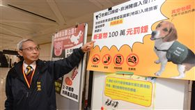 防堵非洲豬瘟  桃機防疫升級新修正的動物傳染病防治條例14日生效,為防範非洲豬瘟疫情擴散到台灣,自疫區攜入豬肉及豬肉製品者,將裁處新台幣5萬元以上、100萬元以下罰鍰。中央社記者邱俊欽桃園機場攝 107年12月14日