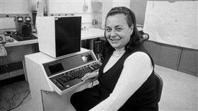 她50年前實現「複製貼上」功能 文字處理器發明人93歲辭世(圖/twitter)