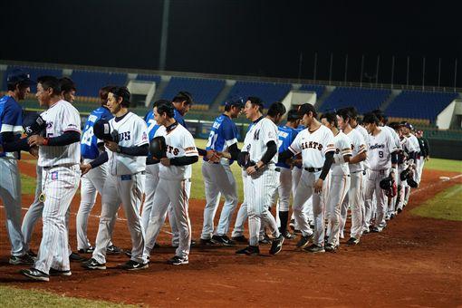 ▲冬季聯盟冠軍賽後,兩隊握手致意。(圖/中華職棒提供)