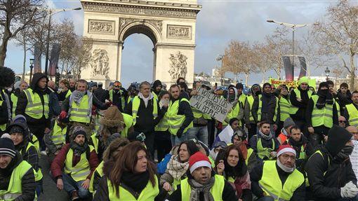 法國黃背心眼中釘  富人稅成社會不公象徵法國「黃背心」運動起於群眾反對調漲燃油稅,後來訴求擴大到要政府改善種種社會不平等,「富人稅」就是其中一個象徵。(攝於12月8日第4波抗議)中央社記者曾依璇巴黎攝  107年12月15日