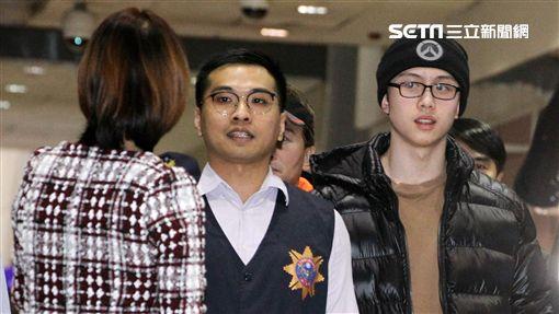 狄鶯(左)在入境大廳一看見孫安佐,隨即上前摟護獨子。(記者邱榮吉/攝影)