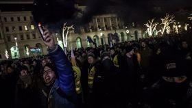 新版勞動法成「奴隸法」 匈牙利萬人街頭示威(圖/翻攝自推特)