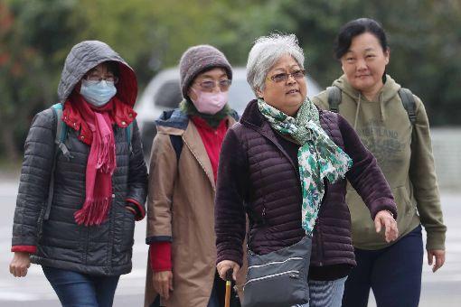 首波大陸冷氣團影響  北台灣冷颼颼(2)中央氣象局氣象預報,首波大陸冷氣團影響,17日北台灣整天冷颼颼,白天高溫僅攝氏17至19度,入夜後氣溫還會下探12、13度。民眾穿著保暖衣物禦寒。中央社記者吳翊寧攝  107年12月17日