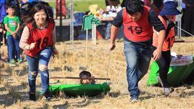 後壁田間玩很大 大小朋友笑開懷(2)台南市無米樂稻米促進會主辦的「2018田間玩很大第3屆–愛稻遊樂園」16日在後壁區熱鬧登場,下午安排在收割後的稻田中進行趣味競賽,讓大小朋友開心參與,一起體驗農人辛勞。(台南市觀旅局提供)中央社記者楊思瑞傳真 107年12月16日