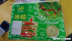 台北市中正區羅斯福路的英仕堡師大店,遭台北市衛生局抽驗出使用的沙拉產品外包裝反式脂肪標示不符規定。(圖/台北市衛生局提供)
