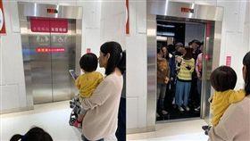 媽媽帶娃搭友善電梯結果沒人讓出來。