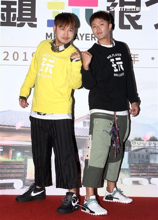「綜藝玩很大」主持人林柏昇(KID)、黃鴻生(小鬼)。(記者邱榮吉/攝影)