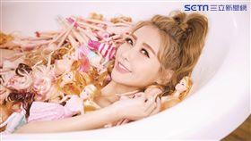 愷樂拍MV充滿粉紅泡泡,浴缸裡塞滿芭比娃娃。(圖/環球唱片提供)