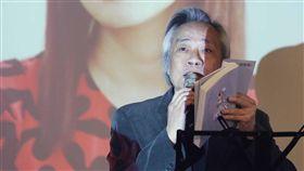 王健壯朗讀分享李維菁遺作台灣女作家李維菁11月病逝,她的追思會暨「有型的豬小姐」新書發表會16日在台北市長官邸藝文沙龍舉行,上報董事長王健壯(圖)現場朗讀並分享她的新書內容。中央社記者吳翊寧攝 107年12月16日