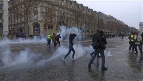 法國警方15日在巴黎街頭發射催淚彈、噴射水柱驅趕黃背心抗議群眾。(圖/AP授權)