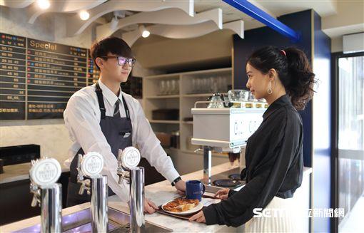 全家,Let Cafe',咖啡店。(圖/記者馮珮汶攝)