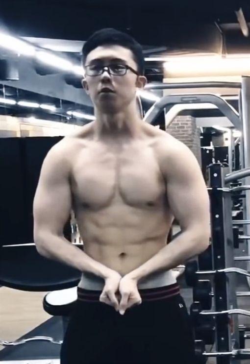 孫安佐健身。(圖/翻攝自YouTube)