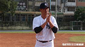 王建民與鄭錡鴻指導龜山少棒球員。(圖/記者王怡翔攝影)