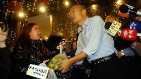 韓國瑜出席餐敘座談 粉絲送水果加油