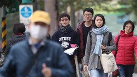 首波大陸冷氣團影響  北台灣入夜下探12度中央氣象局氣象預報,首波大陸冷氣團影響,17日北台灣整天冷颼颼,白天高溫僅攝氏17至19度,入夜後氣溫還會下探12、13度。中央社記者吳翊寧攝  107年12月17日