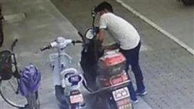 偷車賊行竊「被電瓶電死」 車主遭法院判賠20萬 示意圖/翻攝自微博