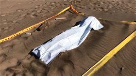 新北市石門區沙灘上出現一具女屍體。(圖/翻攝畫面)