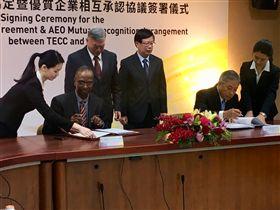 ▲我駐印度代表處大使田中光與印度台北協會會長史達仁在台北共同簽署「台印度雙邊投資協定」與「台印度優質企業相互承認協定」。(圖/外交部提供)