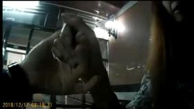 邱婦醉倒路旁被警方護送到家,卻以「我與你相會啊」一句話撩警(翻攝畫面)