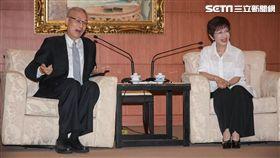 國民黨新任黨主席吳敦義拜會現任黨主席洪秀柱 圖/記者林敬旻攝