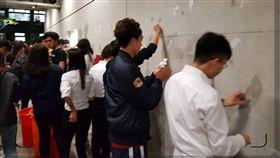 政治系學生清理抗議後的痕跡 圖/翻攝自黃暐瀚臉書