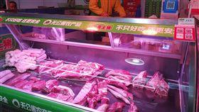 非洲豬瘟(2)一旦有地方確診非洲豬瘟疫情,大陸官方均會禁止生豬進出封鎖區。上海11月17日確診非洲豬瘟疫情前,外地活豬可運到上海宰殺,而今供應受到影響的肉販則仰賴外省市的冷藏豬肉。圖為上海市場肉販。中央社記者陳家倫上海攝 107年12月17日