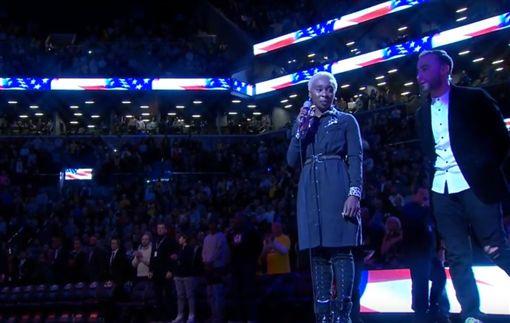 ▲英國歌手Cynthia Erivo賽前演唱美國國歌忘詞,工作人員連忙上前提詞。(圖/截取自YouTube畫面)