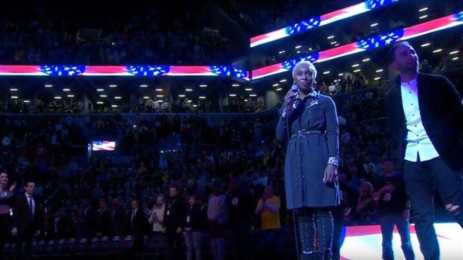 NBA/英國歌手演唱美國國歌 忘詞