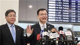 雙城論壇將登場 上海副市長周波抵台(1)台北上海雙城論壇20日將登場,上海市常務副市長周波(右)19日上午率團抵達台北松山機場,向在場媒體揮手致意並發表談話。中央社記者裴禛攝 107年12月19日