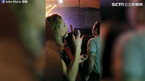 女兒在演唱會上用手語出歌詞。(圖/網友Jules Maria臉書授權)